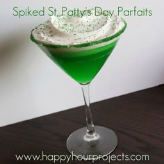 Patty's Day Parfait lime green jello & marshmellow vodka Fun Drinks, Yummy Drinks, Alcoholic Drinks, Cocktails, Beverages, St Pattys, St Patricks Day, Jello Parfait, Parfait Recipes