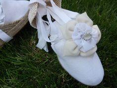 Alpargata para novias con flores de tela y cristal.Hand made de Algodón de Luna