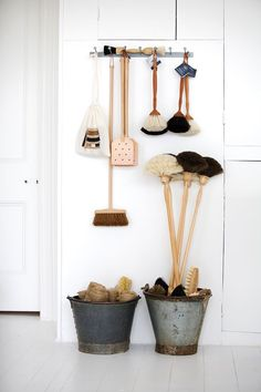 Cool Hunting Chic Household Essentials from Paper Towel Holders and Trash Cans to Brooms and Toilet Brushes Cleaning Hacks, Cleaning Supplies, Cleaning Room, Cleaning Brushes, Cleaning Solutions, Baby Dekor, Limpieza Natural, Kitchen Utilities, Natural Cleaning Products