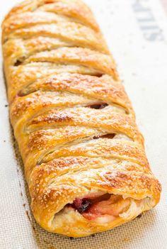 Пятая фотография к инструкции по приготовлению рецепта Плетеный пирог с яблочно-клюквенной начинкой