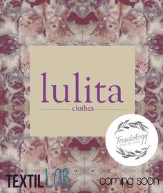 #Lulita es una marca con estilo #vintage, cuenta con una nueva colección inspirada en gatitos innovados de la manera más tierna y #chic . Busca las prendas más trend en #trendology by #textilLab #iberoPuebla #kitties #cats #lulitaclothes #comingsoon #vintagefashion #textil Textiles, Tote Bag, Vintage Style, Kittens, Innovative Products, Totes, Fabrics, Tote Bags, Textile Art