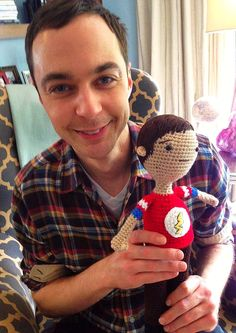 A[mi]dorable Crochet: Jim Parsons (Big Bang Theory) with a crocheted Sheldon ami. Pattern free on Ravelry Jim Parsons, Big Bang Theory, Crochet Dolls, Crocheted Toys, Bigbang, Crochet Projects, Yarn Projects, Bangs, Nerdy