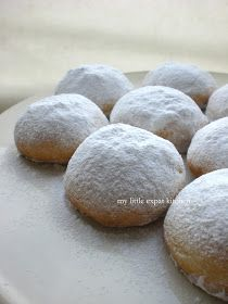 Kourabiedes: Greek Christmas Shortbread Cookies with Toasted Almonds and Icing Sugar Greek Desserts, Greek Recipes, No Bake Desserts, Almond Cookies, Sugar Cookies, Shortbread Cookies, Greek Christmas, Good Food, Yummy Food