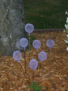 Faux Allium - Garden Junk Forum - GardenWeb Made of chicken wire. Chicken Wire Art, Chicken Wire Sculpture, Chicken Wire Crafts, Glass Garden Art, Metal Garden Art, Garden Junk, Garden Pool, Garden Crafts, Garden Projects