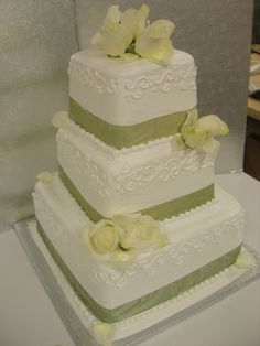 Love the ribbon and flower detail. Would be perfect for any wedding. #wedding #cake #flower #ribbon #icing