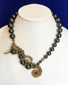 Пристроился #конек на жемчужную нить #seahorse #necklace #handmade #beads #beadweaving #swarovski #crystals #pears