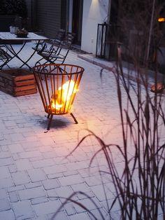 Weidenkranz Mit Steinbrech, Salbei, Nelken, Bellis Und Kugelprimel ... Feuerkorb Im Garten Gestaltungstipps