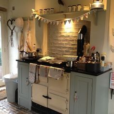 Traditional country kitchens are a design option that is often referred to as being timeless. Over the years, many people have found a traditional country kitchen design is just what they desire so they feel more at home in their kitchen. Cozinha Shabby Chic, Shabby Chic Kitchen, Shabby Chic Homes, Shabby Chic Decor, Vintage Kitchen, Kitchen Rustic, Rustic Decor, Vintage Decor, Aga Kitchen