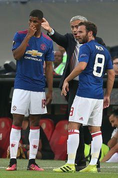 Manchester United Manager Jose Mourinho talks to Marcus Rashford and Juan Mata…