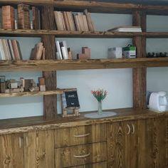 Dřevěná stěna ze starých trámů a smrkových fošen Business Help, Bookcase, Shelves, Home Decor, Shelving, Homemade Home Decor, Book Shelves, Shelf, Open Shelving