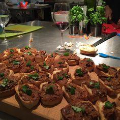 Matlagning med Biogen mitt och kollegan Ulrikas bidrag till vår italienska 11-rätters middag... :)