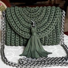 I love making crochet bags, they are fully customizable, fun to crochet, and are perfect for gifts! And, this is one of the most elegant crochet bags ever.Elegant Crochet Handbag You Can Easy Make Lidia Crochet Tricot, Col Crochet, Free Crochet Bag, Crochet Market Bag, Crochet Bag Tutorials, Diy Crafts Crochet, Crochet Projects, Crochet Patterns, Crochet Handbags
