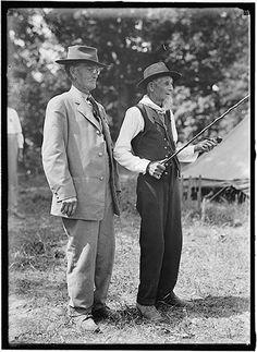 A Union veteran and a Confederate veteran. Gettysburg 1913