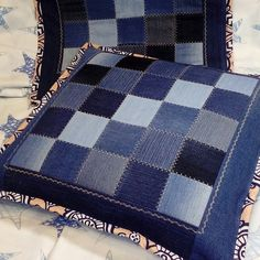 How to Make a Denim Quilt Using Old Jeans (An Ultra Simple Sewing Project! Denim Quilts, Denim Quilt Patterns, Blue Jean Quilts, Denim Scraps, Fabric Scraps, Diy Jeans, Patchwork Bags, Patchwork Quilting, Artisanats Denim