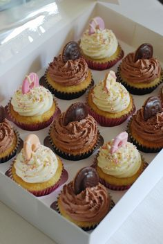 I've been dreaming of putting mini party rings on cupcakes for a while now. The time finally came just over. Cupcake Recipes, Baking Recipes, Cupcake Cakes, Shoe Cakes, Easter Cupcakes, Yummy Cupcakes, Jaffa Cakes, Chocolate Cupcakes Decoration, Delicious Desserts