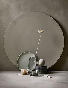 An arrangement of an IKEA PS 2017 vase in gray and a flower, a plate .:separator:An arrangement of an IKEA PS 2017 vase in gray and a flower, a plate . Carved Wood Wall Art, Art Carved, Design Set, Wabi Sabi, Ikea Ps 2017, Keramik Design, Interior Styling, Interior Design, Photo Deco