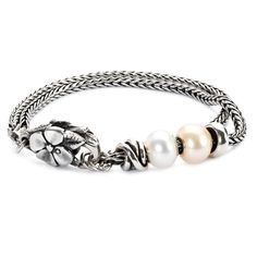 Look elegant and chic with this double strand sterling silver bracelet. The Pearl Elegance Bracelet is complete with 1 silver stopper, a pink and white pearl bead, a Lucky Knot bead and Big Flower Lock.