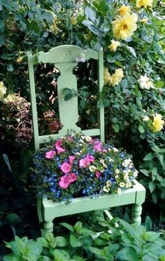 50 Planted Garden Chairs: A gallery Garden Chairs, Garden Planters, Garden Art, Garden Design, Chair Planter, Shabby Chic Chairs, Flea Market Gardening, Outdoor Living, Outdoor Decor