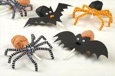 Met deze slimme versieringen ben jij de coolste mama van de straat. Maak deze geweldige lolly's die eruitzien als griezelige spinnen en vleermuizen. Alle kinderen zullen bij je aanbellen om ook zo'n enge spin of vleermuis te krijgen.