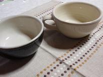 """出西窯のスープカップを買いました^^出西窯のことは3年くらい前に友だちから教えてもらってすごく気に入っててちょっとづつ買い集めています。初めて買ったのはモーニングカップでこれがもう最高に使いやすくって毎朝のコーヒーを飲むのに愛用しています♪ ごはん茶碗も白と黒をそろえてこれも毎日大活躍です。  この出西窯の器、元町にある""""floor""""さんで購入しているのですがすごく素敵なんです^^店主さん自ら使っておすすめのうつわや使い方とかいろいろ教えてくれて店主さんとのおしゃべりがすごく楽しくっていつもつい長居しています^^;  このスープカップと一緒にどんぶりやうどんや煮物を盛るのに重宝しそうなうつわも購入しました。お気に入りの器で食べるとよりおいしく感じるし料理するのがますます楽しくなります♪ずっと大事に使っていこうと思います☆出西窯のスープカップ : しばっちの料理の小部屋"""