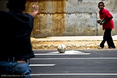 jugando y mirando por la calle de maracaibo