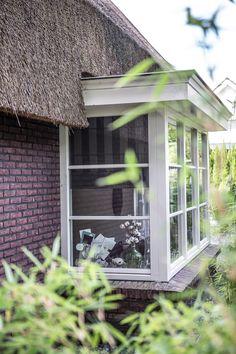 Huis bouwen? Heb jij al eens nagedacht over een erker of uitbouw in een andere vorm? In dit blog lees en zie je volop inspiratie voor jouw erker! Gazebo, Outdoor Structures, Deco, Modern, Hu Ge, Greenhouses, Trendy Tree, Deck Gazebo, Deko