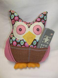 Almofada confeccionada em tecido 100% algodão, em feitio de uma coruja, recheada com enchimento acrilico, anti-alérgico. A coruja tem bolsos, para colocar o controle, celular, etc. Ela possui 4 bolsos, deve estar sempre encostada na cabeceira da cama, no sofá, ou em outra almofada. Confecção Atelier da Ponte Pode ser feita em várias cores, os olhos e o nariz são bordados à mão. R$ 35,00