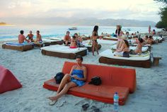 Beach bars at the Gili islands in Indonesia - www.daysontheroad.be
