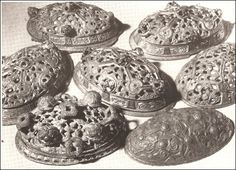 Viking age / This form of brooch went out of style in the early 10th century, to be replaced by other forms of brooches.