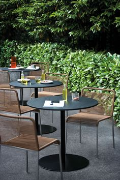Brio table by LaPalma Outdoor Restaurant Design, Chaise Restaurant, Terrace Restaurant, Restaurant Furniture, Restaurant Tables, Outdoor Cafe, Outdoor Seating, Outdoor Dining, Outdoor Decor