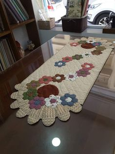 24 Ideas hexagon quilting ideas table runners for 2019 Patchwork Table Runner, Table Runner And Placemats, Table Runner Pattern, Quilted Table Runners, Quilting Projects, Quilting Designs, Quilting Ideas, Hexagon Patchwork, Hexagon Quilting
