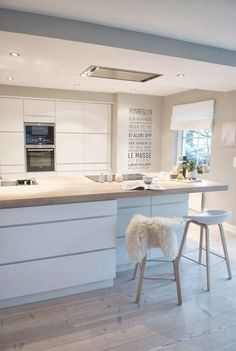 Over forty modern kitchen design ideas. The home kitchen needs to be modern, spacious and welcoming. Learn the secrets of these modern kitchen design ideas. Kitchen Ikea, White Kitchen Cabinets, Kitchen Cabinet Design, Interior Design Kitchen, Kitchen Furniture, New Kitchen, Kitchen Decor, Kitchen White, Furniture Decor