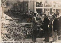 Bu aralar nostalji sitelerinde çok dolaşan bir fotoğraf... Yıl 1976... Feyyaz Tüzüner, bir zamanlar BELEDİYE olan Küçükyalı'nın 1973-1977 yılları arasında BELEDİYE BAŞKANI. (Cumhuriyet Halk Partili Feyyaz Tüzüner 91 yaşında hayata veda etti.) Tüzüner, MİMAR'dı... Bu fotoğrafta şimdi nikah dairesinin yanından geçen ve 1997'de tekrar yapılan ALT GEÇİT'in ilk inşaatı görülüyor.