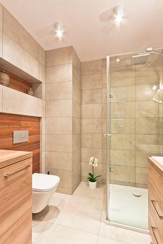 Łazienka, piękna łazienka, elegancka łazienka, jasna łazienka, prysznic, armatura łazienkowa, drewno w łazience. Zobacz więcej na: https://www.homify.pl/katalogi-inspiracji/16727/6-wyjatkowych-elementow-pieknej-lazienki