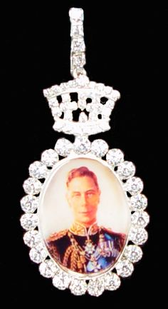 Family Order of King George VI seen pinned on the left shoulder of female members of the Royal Family on a pink silk ribbon. Royal Crowns, Royal Tiaras, Tiaras And Crowns, Cheap Jewelry, Custom Jewelry, Vintage Jewelry, Indian Jewellery Online, Indian Jewelry, Royal Jewelry