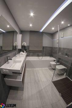 Nowocześnie i maksymalnie funkcjonalnie. Pomieszczenie zostało zaprojektowane z myślą o dwóch osobach. Mamy zarówno dwa zlewy i dwie toalety, jak również prysznic i wannę! Wanna zajmuje całość jednej ściany, a po przeciwnej stronie łazienki mamy nie za dużą kabinę prysznicową. Miedzy nimi znajdują się dwie toalety. Ogromny blat z dwoma umywalkami ozdabia całą ścianę. #nowocześnie #funkcjonalnie #prysznic #wanna ##umywalka ##łazienkowa Grey Bathrooms, Bathroom Interior, Modern Furniture, Tile Floor, Toilet, Bathtub, House Design, Flooring, Home Decor