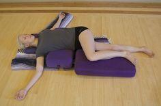 Side Body Stretch and Twist - Restorative Yoga Yin Yoga, Yoga Restaurador, Yoga Nidra, Yoga Moves, Yoga Sequences, Yoga Meditation, Pilates, Fitness Del Yoga, Restorative Yoga Sequence