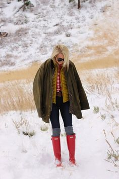 love the look and Red Hunter boots- atlantic pacific Red Hunter Rain Boots, Hunter Wellies, Red Wellies, Red Boots, Winter Wear, Autumn Winter Fashion, Winter Style, 2016 Winter, Winter Chic