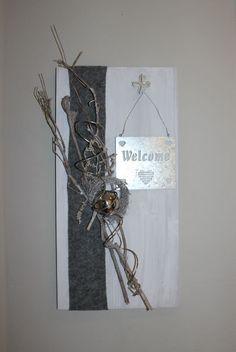 WD92 – Holzbrett weiß gebeizt, dekoriert mit natürlichen Materialien, Filzband, einem Metallschild Welcome, einem kleinen Rebenkranz und einer Edelstahlkugel! Preis 39,90€ Größe 30x60cm