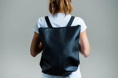 Minimal and comfortable backpack in leatherette. Full lined inside. To inner pockets. Leather Backpack, Backpacks, Trending Outfits, Unique Jewelry, Bags, Etsy, Fashion, Handbags, Moda