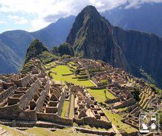 """Localizada no topo de uma montanha, a 2400 metros de altitude, Machu Picchu, a chamada """"cidade perdida dos Incas"""", foi construída no século XV, sob as ordens de Pachacuti, e hoje é dos lugares com mais visitas de turistas de todo o mundo. Para ir até ao símbolo mais típico do Império Inca, fale com a Clube Turismo mais próxima à você! #ClubeNoPeru"""