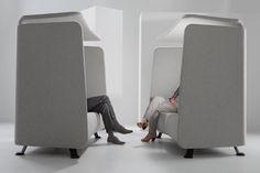 De Niche (een ontwerp van studio Axia) is een tweezitsbank met akoestische wanden, mét of zonder dakje én/ of laptoptafeltje. Twee Niches tegenover elkaar vormen een perfecte spreekkamer voor vier personen.