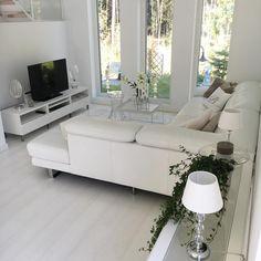 Korkeat ikkunat olohuoneen perällä tuovat ihanasti valoa tilaan. Sisustuksen vaalea värimaailma saa ihanaa kontrastia ikkunoista avautuvasta pihamaisemasta sekä sisustuksen viherkasveista. Minimalist Home Interior, Room Inspiration, Sweet Home, New Homes, Couch, Windows, Living Room, Interior Design, Finland