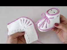 Baby Hats Knitting, Knitting Videos, Baby Knitting Patterns, Knitting Socks, Knit Baby Dress, Crochet Baby Clothes, Crochet Shoes, Knitted Booties, Knitted Slippers