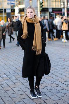 On the streets of Berlin. [Photo by Kirsten Kortebein] Street Style, Street Chic, Street Wear, Unique Fashion, High Fashion, Street Fashion, Long Coat Outfit, German Fashion, Scarf Styles