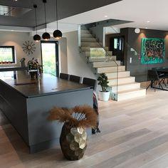 """13 mentions J'aime, 2 commentaires - Nora (@funkis_460) sur Instagram : """"God helg #kitchen #modernkitchen #kjøkkeninspirasjon #kjøkken #modernhome #trapp #stairs…"""""""