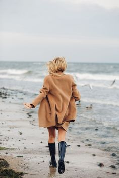 Coat and Wellies Winter Beach, Beach Day, Hot Beach, Poses, Le Grand Bleu, Oversize Pullover, Raincoat Outfit, Beach Shoot, Looks Black