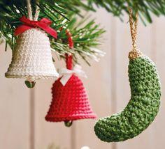 Diese Weihnachtsgurke und Glöckchen sind auch für Anfänger geeignet - Häkelanleitung via Makerist.de