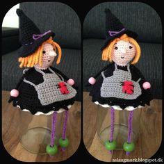 Hæklet heks på glas Halloween Crochet, Crochet Hats, Dolls, Knitting, Mini, Crocheting, Internet, Baby, Ideas