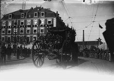 """Coche Real perto do Grand Hotel Central, post. a 1877, foto de Legado Seixas, in a.f. C.M.L. """"E como guiados pelas duas linhas de pontos de gás que desciam a Rua do Alecrim, o seu pensamento, o seu desejo foram logo para o Hotel Central."""" in """"O Primo Basílio"""" de Eça de Queiroz"""